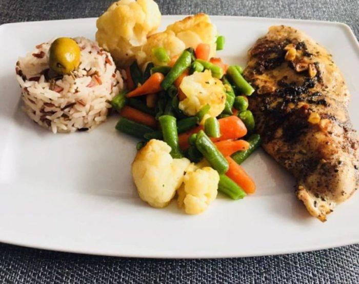 Kurczak z warzywami i kolorowym ryżem