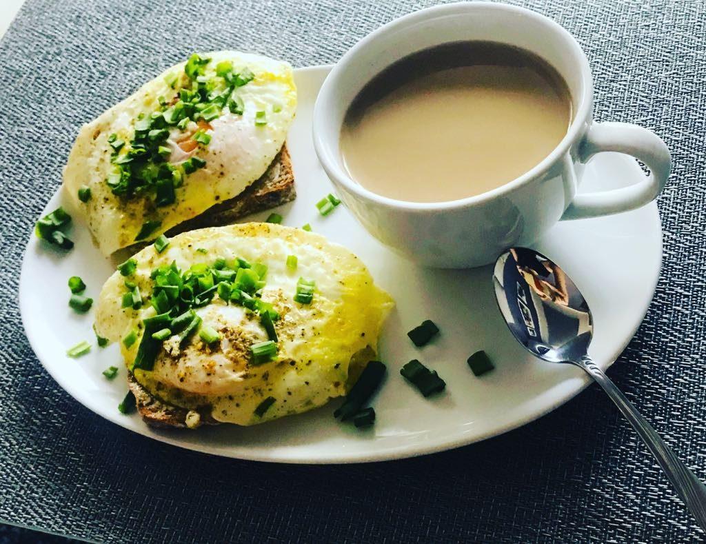 Jajka sadzone na żytnim chlebie