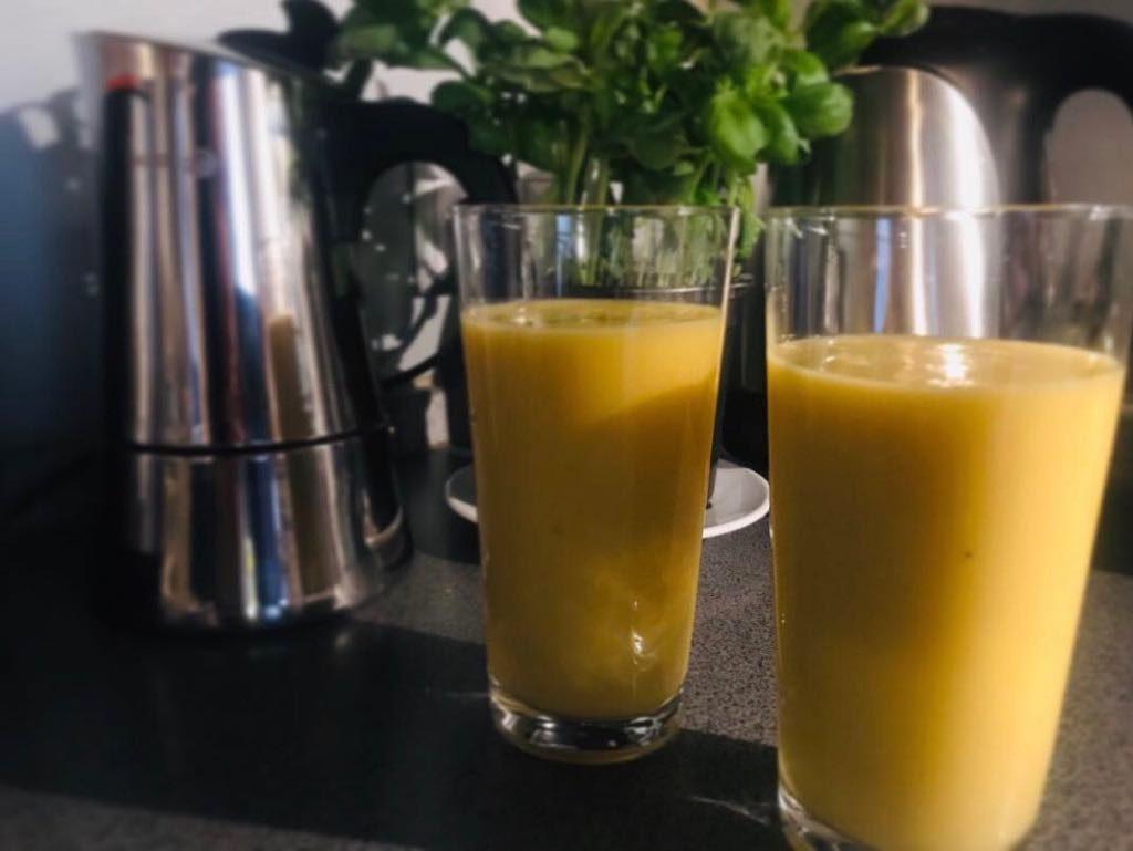 Egzotyczny koktajl z mango i pomarańczy