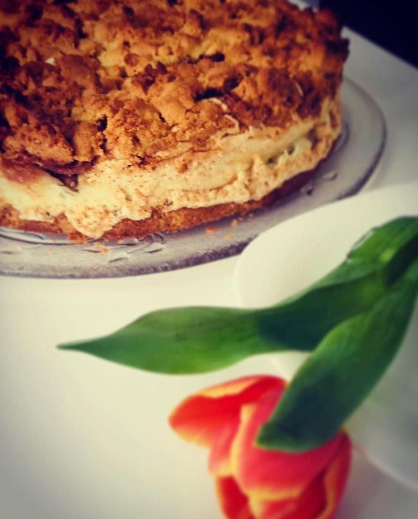 Kruche ciasto z karmelizowaną gruszką w budyniowej kołderce